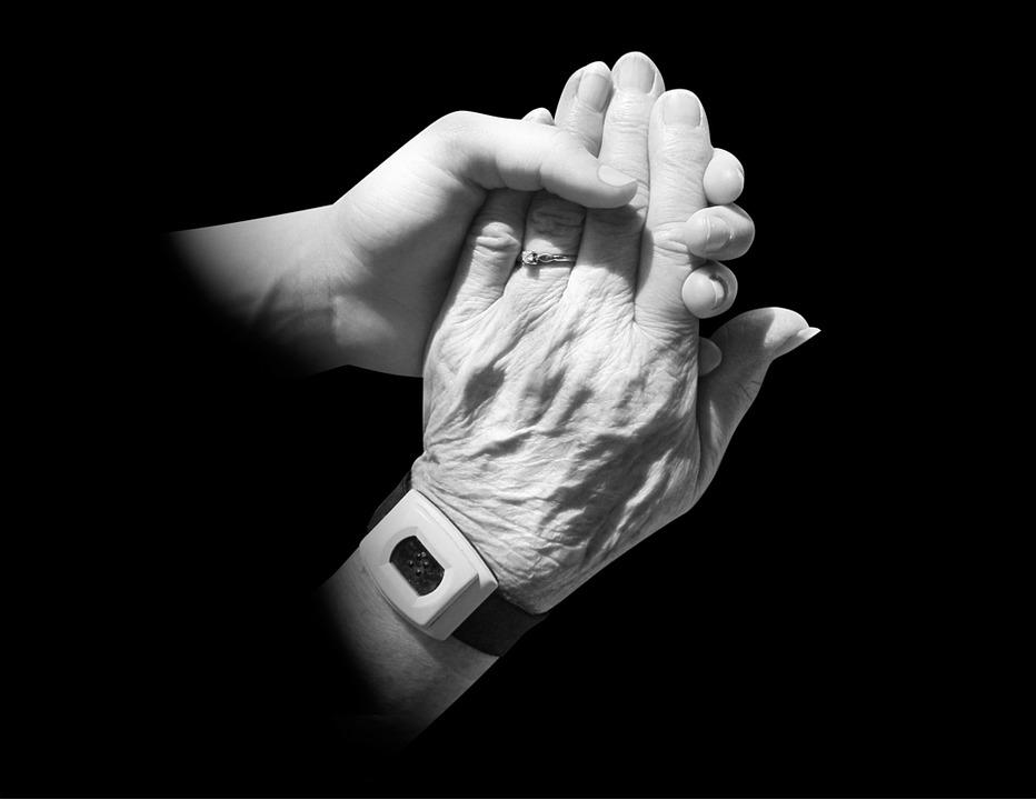 老人と子どもの手